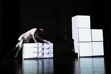 Танцевально-мультимидийное шоу на кубы Cobrashow