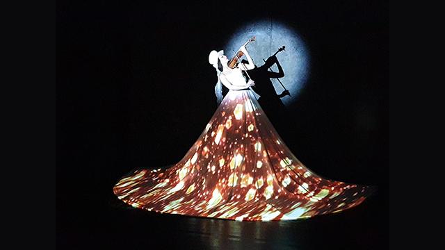 Маппинг на платье и скрипичное шоу на корпроативное событие https://cobrashow.ru/