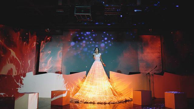 Маппинг на платье. Шоу на корпоратив https://cobrashow.ru/